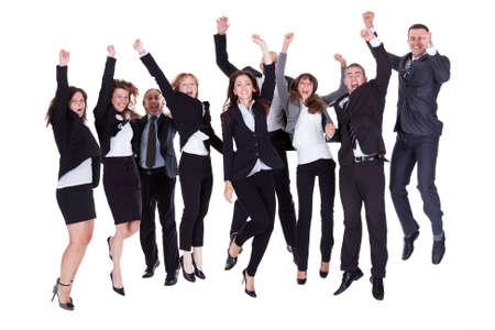 euphoric: Gruppo di uomini d'affari che salta di gioia festante e gridando in loro entusiasmo al loro successo isolato su bianco