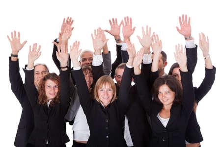 gente saludando: �ngulo de visi�n de alta de un grupo diverso de personas de negocios que agita en el reconocimiento de un premio aislado en blanco