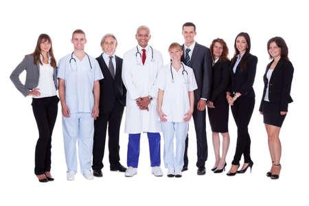 staff medico: Una foto di gruppo felice raffigurante un gruppo di persone del personale. Isolato su sfondo bianco