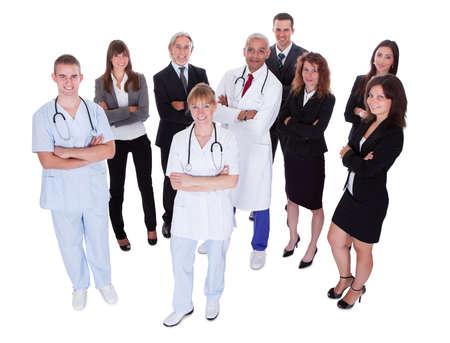 personal medico: Una foto de familia feliz que representa a un grupo de personas del personal. Aislados en blanco