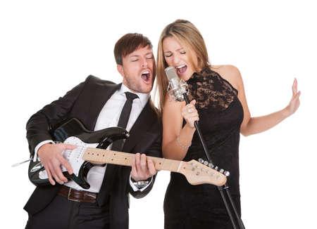 gitara: Para wykonuje udostępniania sam duet mikrofon dla wszystkich.