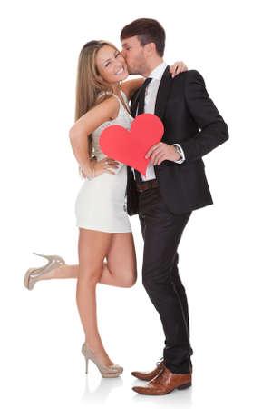 novios besandose: Amante de mostrar afecto para dama. Aislados en blanco