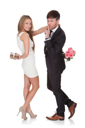 parejas enamoradas: Hombre dando flores frescas a la mujer. Aislados en blanco