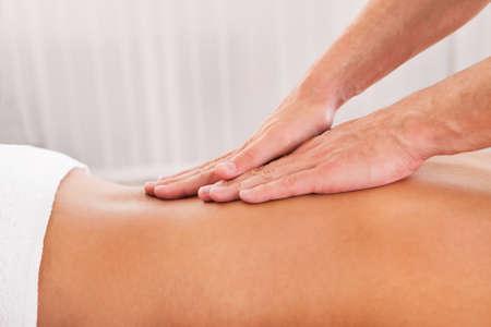 masaje deportivo: Cliente se relaja en masaje en el spa Foto de archivo