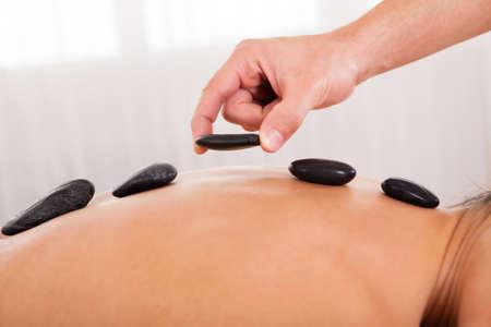 promotes: Las piedras calientes en la espalda alineados promueve la relajaci�n.