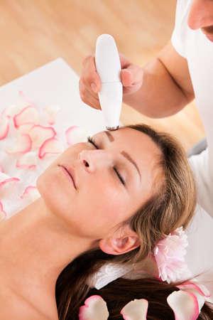 rejuvenating: Giovane donna attraente subisce la terapia microdermoabrasione in ambiente termale Archivio Fotografico