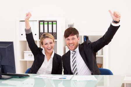 manos levantadas: Objetivo de ventas alcanzados hasta ejecutivos muy feliz por eso. Foto de archivo