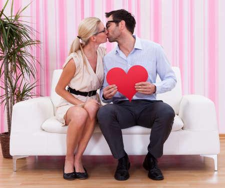 geek: Una pareja mirándose unos a otros con amor