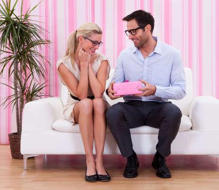 gifting: Una pareja en el amor romancing en el sof�