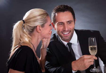 Romantisch paar zitten met diner in een chique restaurant Stockfoto