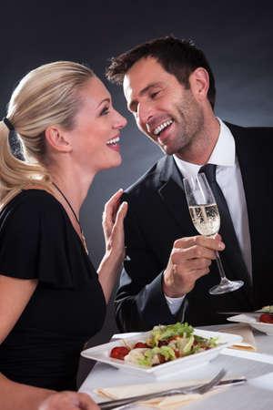 luz de velas: Pareja rom�ntica sentado cenando en un restaurante elegante Foto de archivo