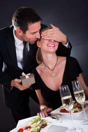 diner romantique: Séance Romantic couple en train de dîner dans un restaurant élégant
