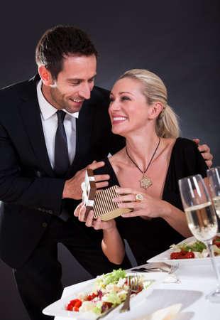 donne eleganti: Romantico coppia seduta a cena in un elegante ristorante