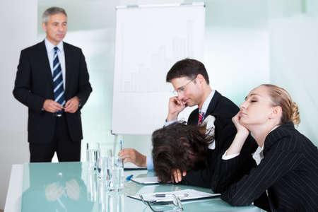 conversaciones: Aburrido dormir empresaria en una reuni�n como su colega que est� dando las charlas de presentaci�n en el fondo