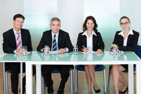 comit� d entreprise: Panel des responsables du personnel des entreprises assis � une table