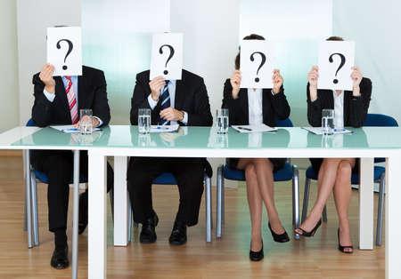 Rij van ondernemers met vraagtekens tekenen in de voorkant van hun gezicht