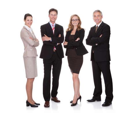 personas de pie: Equipo de negocios exitoso con dos atractivos empresaria y dos hombres de negocios de mediana edad de pie en una fila sonriendo a la c�mara