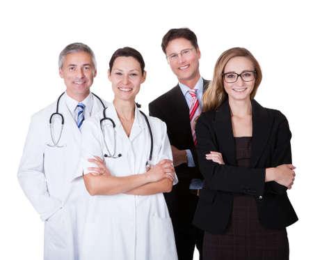administracion de empresas: El personal del hospital representada tanto por la profesión médica en la forma de un médico y los administradores de empresas Foto de archivo