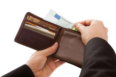 Hombre que hace un pago en efectivo de la eliminación de un billete de la cartera