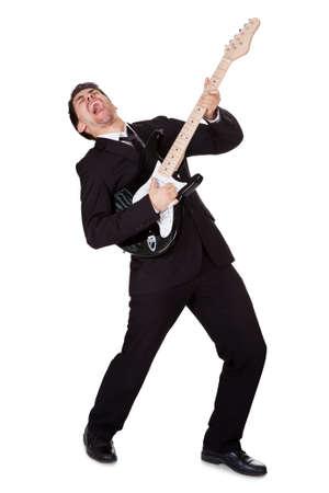 letras musicales: Guitarrista joven vestida de negro y cantando