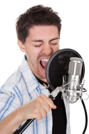 letras musicales: Cantante joven y micrófono. Aislados en blanco