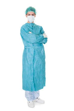 operation gown: Cuerpo completo retrato de un cirujano joven macho