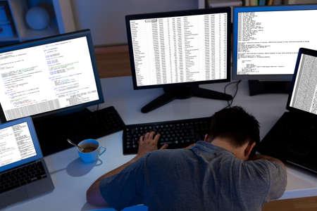 Computer programmeur slapen in het kantoor 's nachts