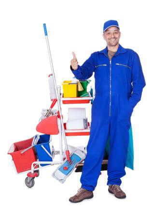 servicio domestico: Retrato De Cleaner sonriente aislados sobre fondo blanco