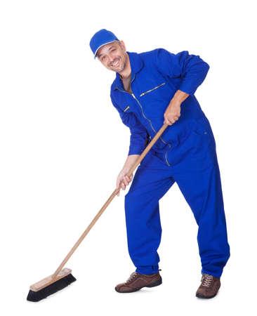 escoba: Feliz Sweeper Piso Limpieza en el fondo blanco Foto de archivo