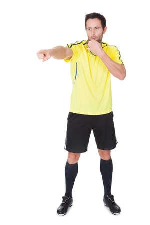 arbitros: Fútbol juez silbando. Aislado sobre fondo blanco
