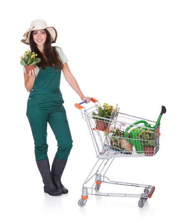 carretilla de mano: Mujer Sonriente Atractiva Sosteniendo cesta. Aislado En Blanco