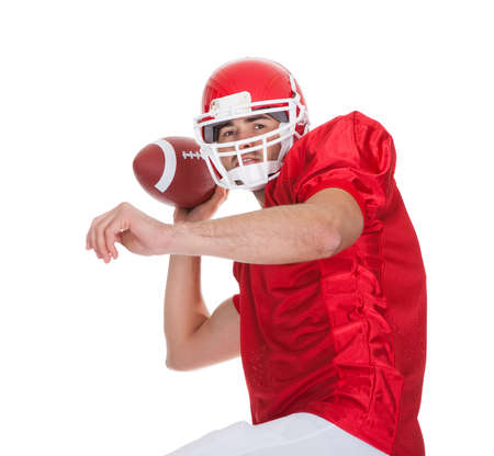 uniforme de futbol: Jugador de f�tbol americano corriendo con la pelota. Aislados en blanco