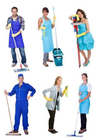 mujer limpiando: Limpiadores profesionales con equipo. Aislado sobre fondo blanco Foto de archivo