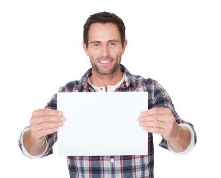 Feliz el hombre de mediana edad que presenta papel vacío. Aislados en blanco Foto de archivo - 17738749