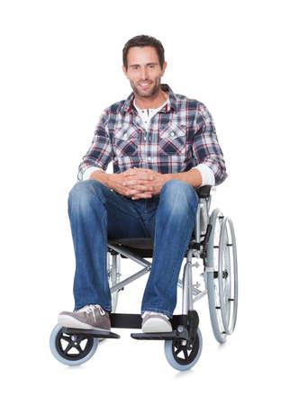 persona en silla de ruedas: Retrato de hombre de mediana edad en silla de ruedas. Aislados en blanco Foto de archivo
