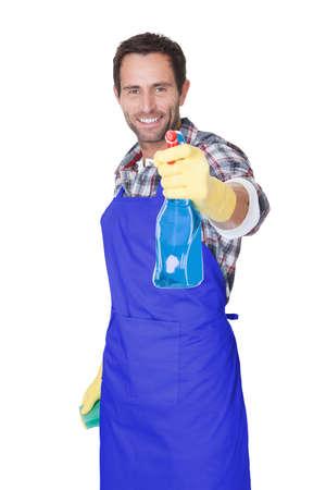 servicio domestico: Retrato de un hombre con la esponja y el aerosol listo para limpiar ventanas. Aislados en blanco