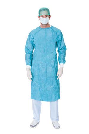 enfermera con cofia: Un cirujano en uniforme matorrales. Aislados en blanco