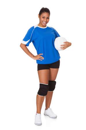 mujer deportista: Young Girl Holding Voleibol. Aislado En Blanco