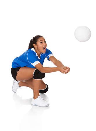pelota de voleibol: Sorprendido Chica joven que juega el voleibol. Aislado En Blanco Foto de archivo