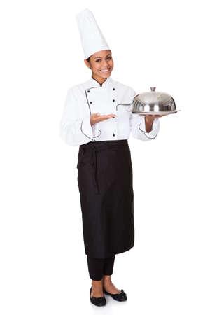 competencias laborales: Female Chef Con bandeja de comida en la mano. Aislado En Blanco