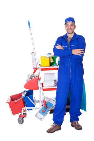 personal de limpieza: Retrato De Cleaner sonriente aislados sobre fondo blanco