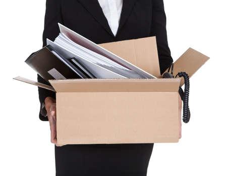 Jeune femme d'affaires tenant une boîte de documents. Isolé Sur Blanc
