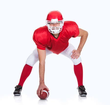 casco rojo: Retrato del jugador de f�tbol americano. Aislados en blanco