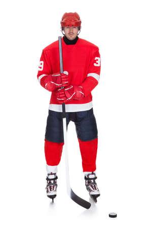 hockey sobre hielo: Retrato del jugador de hockey profesional. Aislados en blanco