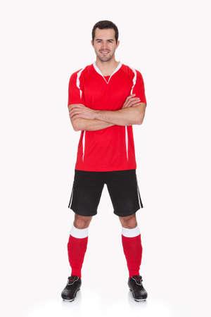 mani incrociate: Ritratto di giocatore professionista di calcio. Isolati su bianco