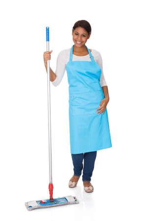 uso domestico: Donna Allegra divertirsi mentre la pulizia. Isolato Su Bianco