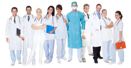 emergencia medica: Gran grupo de m�dicos y enfermeras. Aislados en blanco