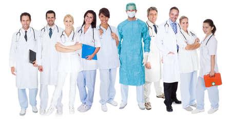 equipe medica: Grande gruppo di medici e infermieri. Isolati su bianco