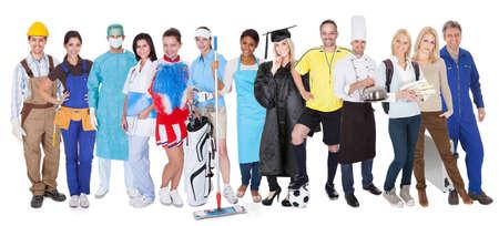 Große Gruppe von Menschen repräsentiert diverse Berufe einschließlich