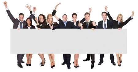 gente celebrando: Grupo de hombres de negocios que presentan excitados bandera vac�a. Aislados en blanco
